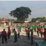 Olahraga Bersama Anggota Satgas TMMD Semakin Akrab Dengan Masyarakat