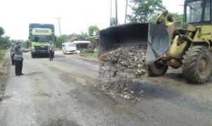 Guna Menekan Angka Kecelakaan Satlantas Polres Lampung Selatan, Melakukan Penimbunam Jalan Berlubang di Jalinsum