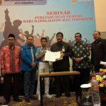 Kadinpora, Ketua KNPI Semarang, perwakilan pelajar dan narasumber berfoto bersama seusai penandatangan MoU