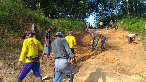 Photo of Tingkatkan Kesejahteraan Petani, Babinsa Desa Argomulyo Pelopori Perbaikin Jalan Usaha Tani