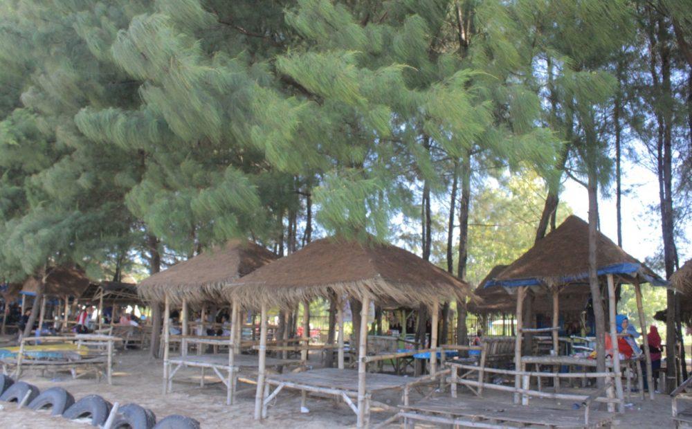 Pantai Balongan, Pantai Dengan Seribu Cemara dan Gazebo