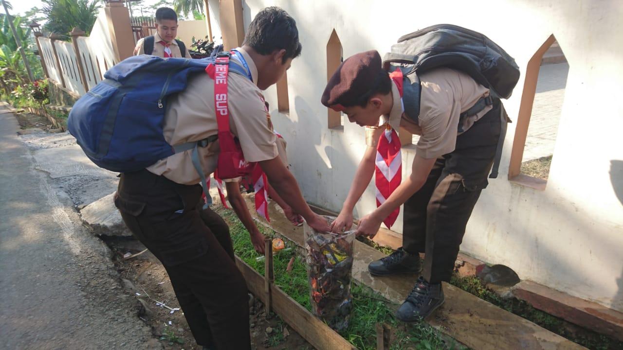 Penggalang SMP N 3 Kedungbanteng Adakan Gerakan Kebersihan