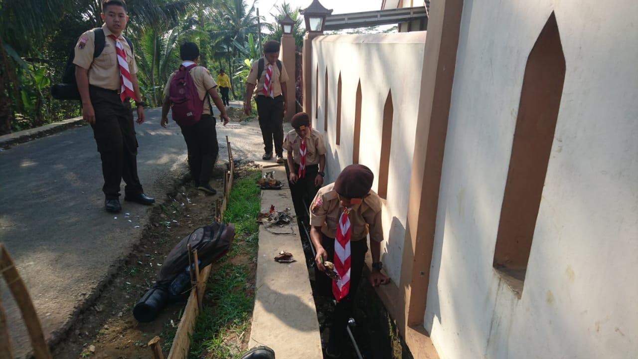 Penggalang SMP N 3 Kedungbanteng Adakan Pungut Sampah