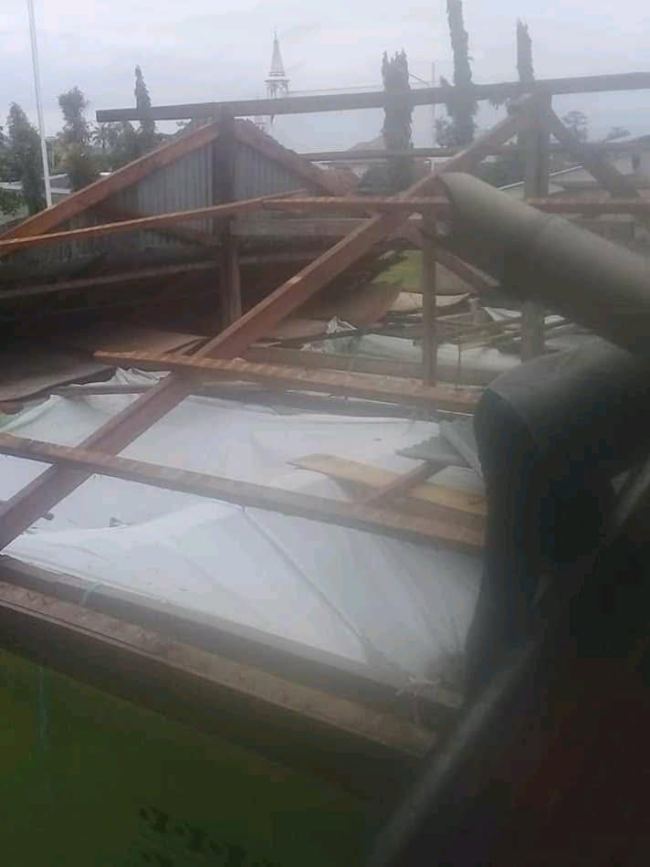 Photo of Angin Puting Beliung Porak-Porandakan Rumah Kades Komba
