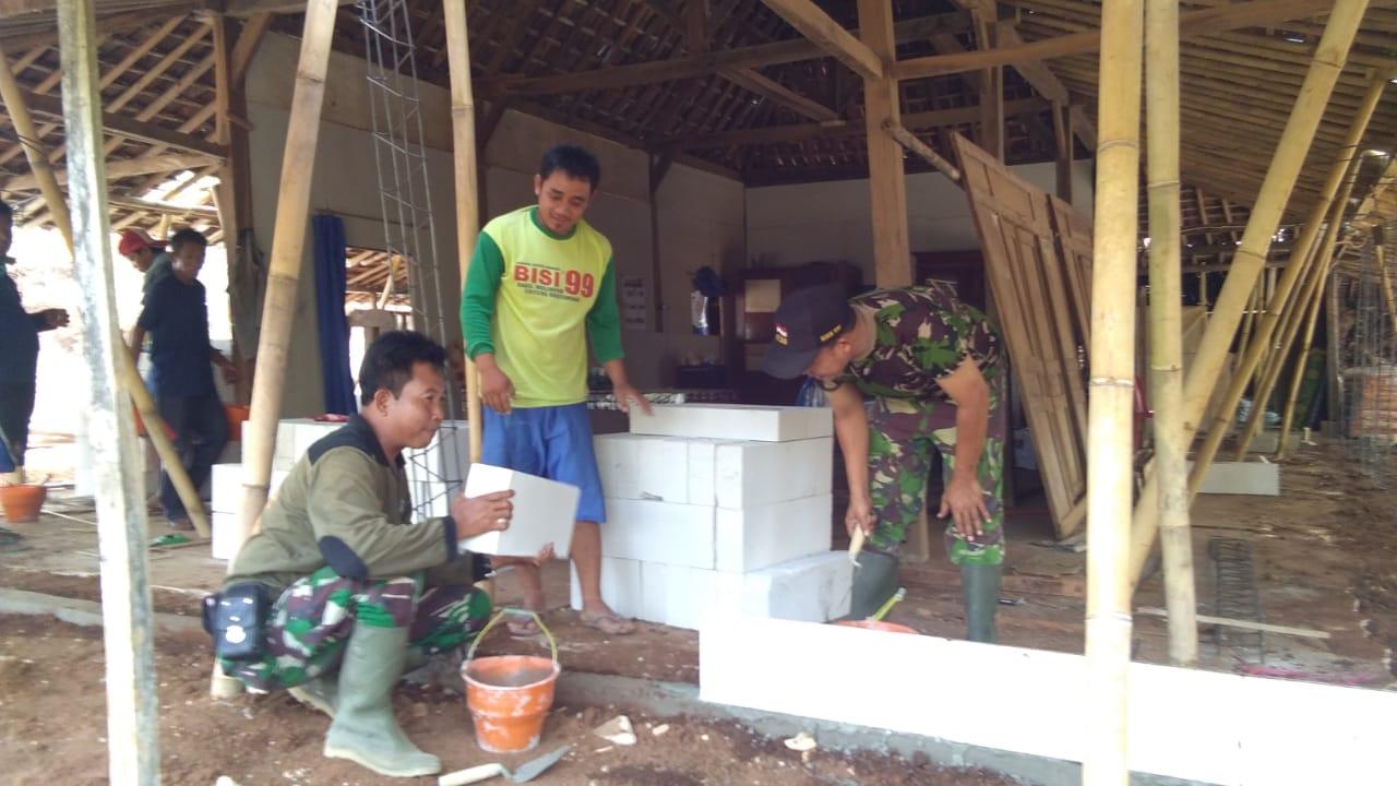 Photo of Satgas Pamtas Yonif Raider  Kostrad Renovasi Rumah Warga Kurang Mampu Di Perbatasan