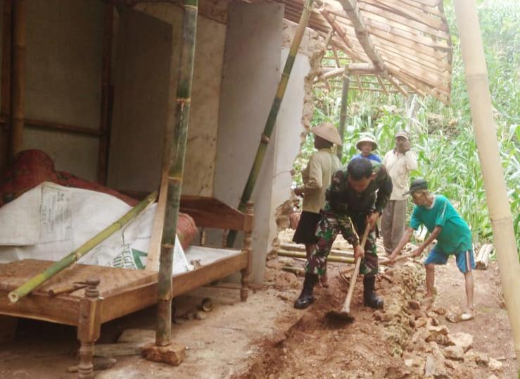 Photo of Tak Kenal Libur, Anggota Koramil Percepat Pembangunan RTLH Milik Tupon