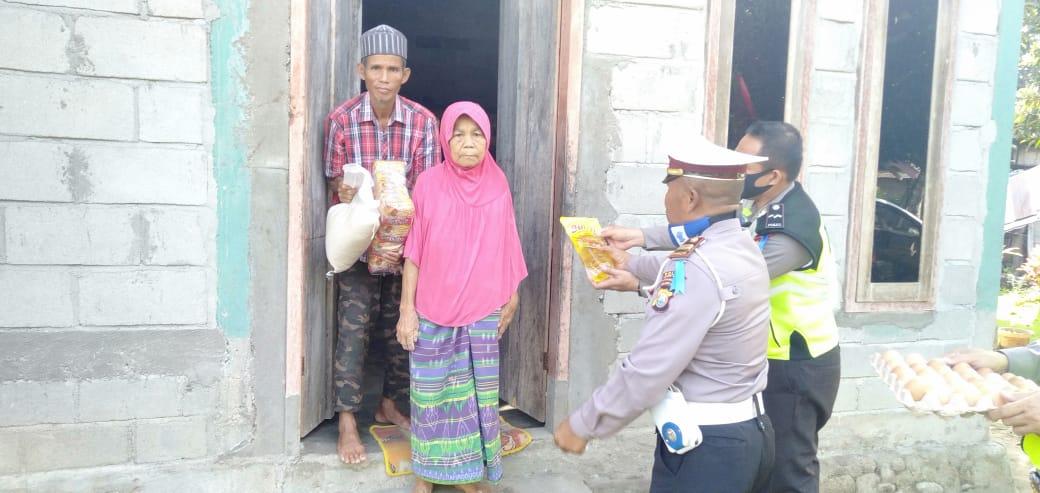 Photo of Satlantas Polres Lutra Berbagi Taliasih ke 10 Warga Desa Meli yang Rentan Terdampak Covid-19