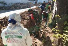 Photo of Babinsa Blimbing, Sertu Sutikno Semangat Gali Tanah Bantu Warga Buat Saluran Air