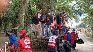 Photo of Pegawai Staf DPRD & Relawan PMI, Bersihkan Sampah di Lokasi Pengungsian
