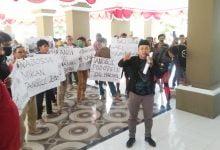 Photo of VIDEO: Bupati Lutra di Demo Masyarakatnya, RDP DPRD Ricuh, Ini 7 Tuntutannya