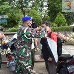 Detasemen Polisi Militer VI/1 Samarinda dan Kodim 0901/Smd Bagikan Masker, 14 Orang Terkena Razia