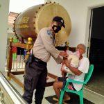 Warga Dapat Bantuan Beras dari Anggota Polsek Kasemen